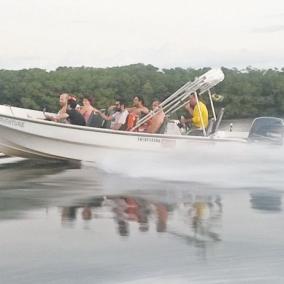 Lancha rápida com capacidade para 10 pessoas + tripulação